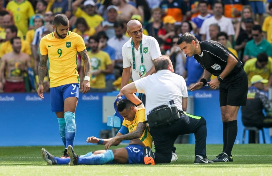 Hațegan, dreapta, se interesează de situația lui Neymar la doctorul Selecao // FOTO AFP