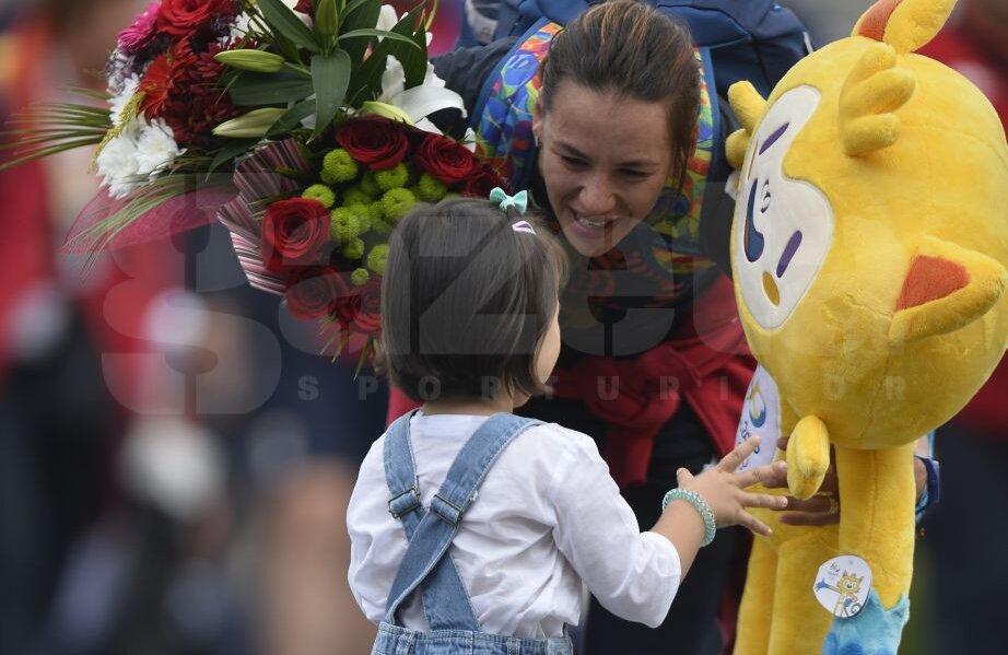 Simona Gherman și fetița sa Teodora pe pista aeroportului