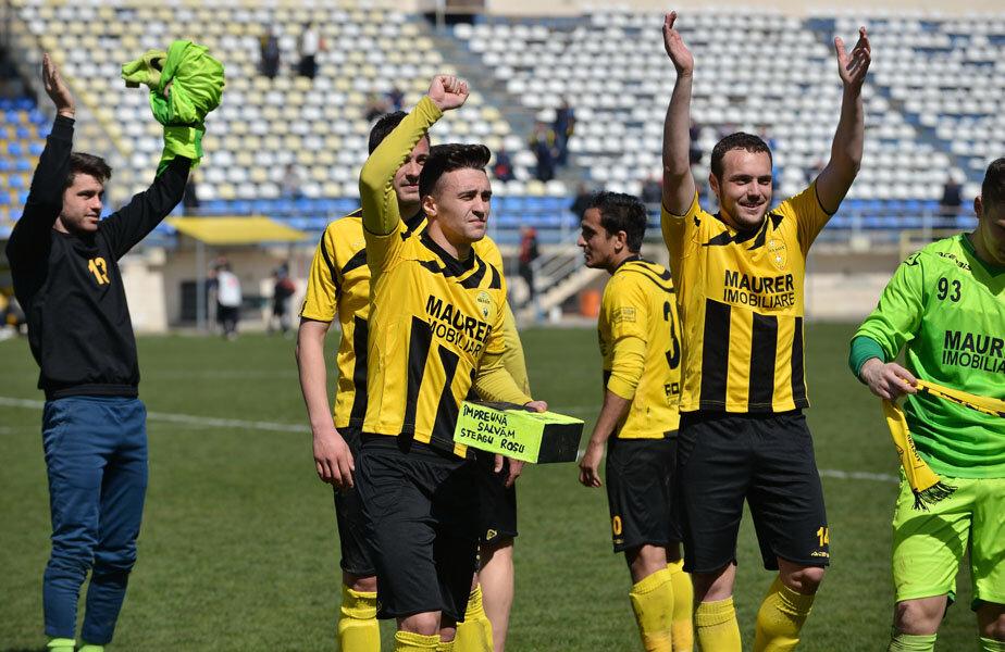 Suporterii Brașovului fac chetă la fiecare meci jucat acasă, iar la final jucătorii primesc banii direct de la fani // Foto: Bogdan Bălaș
