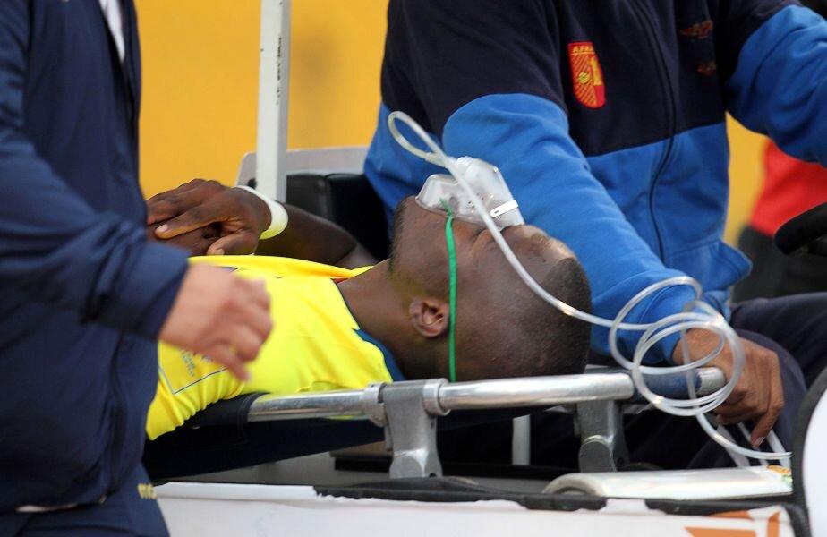 Enner Valencia, pe targă: ochii închiși, masca de oxigen pe figură // FOTO Reuters