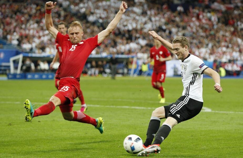 Glik (stânga, în duel cu Schurrle) și defensiva poloneză au rezistat asalturilor Germaniei la Euro // FOTO Reuters