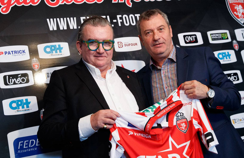 Mircea Rednic, prezentând tricoul lui Mouscron alături de președintele Patrick Declerck