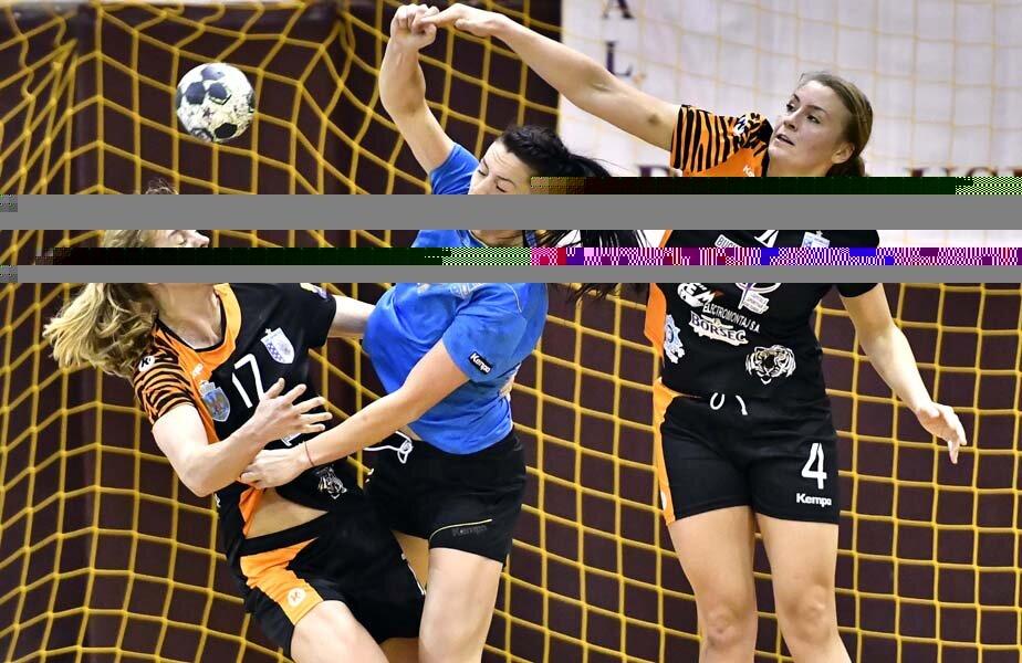 Gabriela Perianu încercând să treacă de Torstenson și de Gullden // FOTO sportspictures.eu