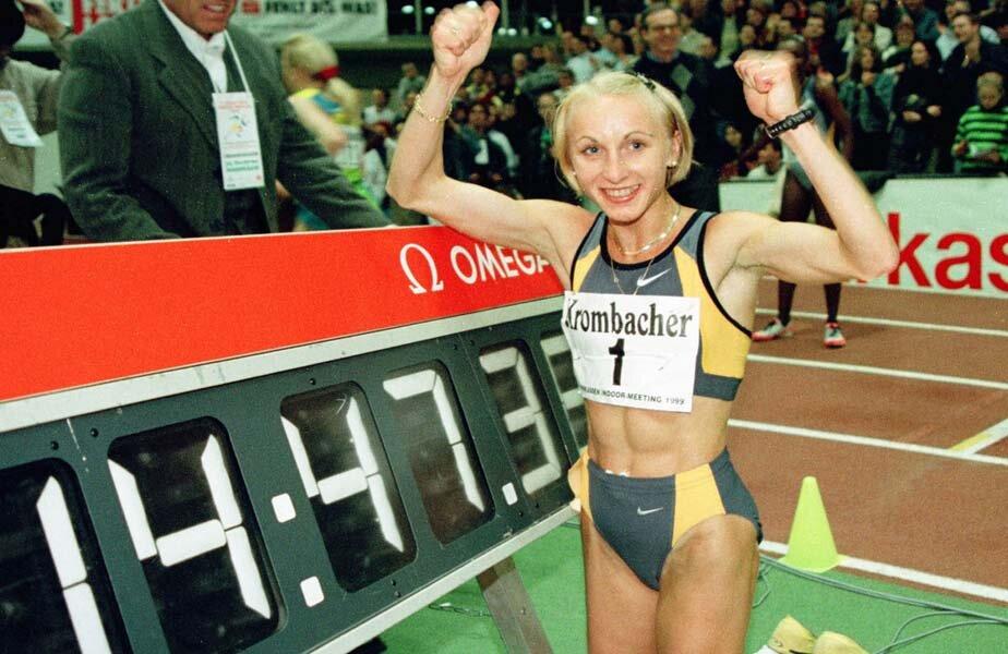 Gabi Szabo a deținut și recordul în sală la 5.000 de metri. Bucuria atletei române imediat după cursa din 1999 // FOTO Reuters
