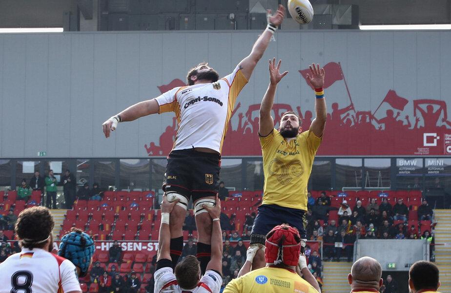 Sâmbătă, la Offenbach, românii, în galben, au avut mari probleme la repunerile din margine // Foto GettyImages Gulliver