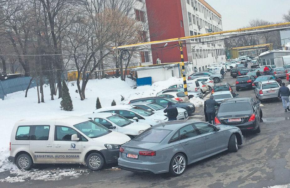Mașinile își așteaptă rândul în curtea interioară a sediului RAR din Calea Griviţei din București FOTOGRAFII Valentin Damian