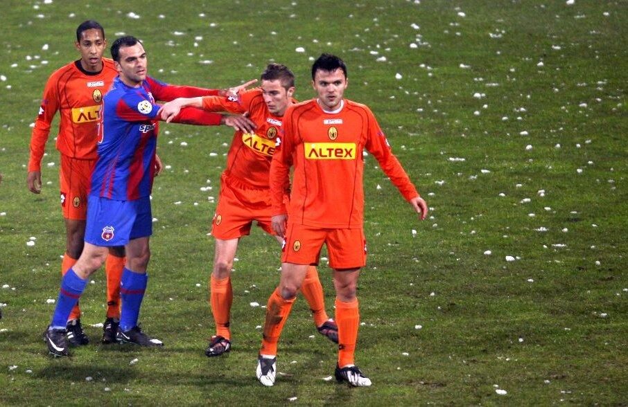 Alex Dragomir, primul din dreapta, la Ceahlăul, într-un meci din 2010 cu Steaua
