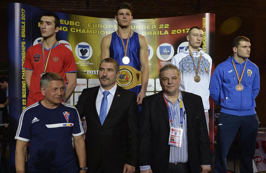 Vasile Câtea (centru), președintele FR Box, la festivitatea de premiere la categoria 81 de kilograme, unde Paul Arădoaie a cucerit aurul