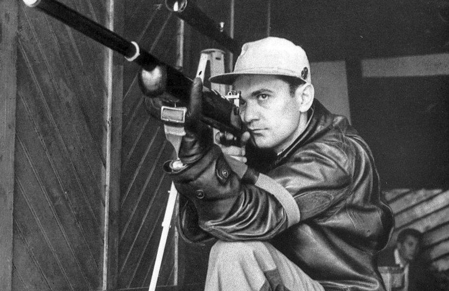 Una dintre puținele imagini care s-au păstrat cu Iosif Sîrbu: cu arma la ochi, fixat pe țintă, căutând tragerea perfectă FOTO Gazeta Sporturilor