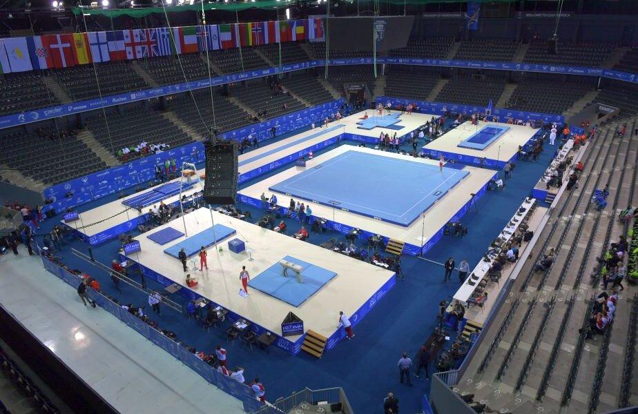 O imagine de sus a Sălii Polivalente din timpul antrenamentului de ieri, cu aparatele de concurs montate, dar fără spectatori