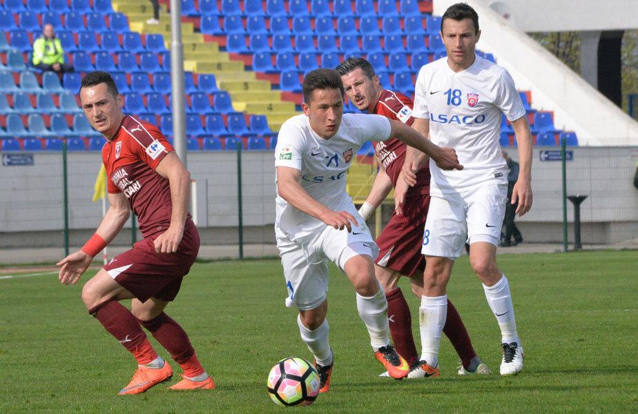 Moruţan (în alb, la minge) ar fi o soluţie pentru FCSB în ceea ce privește jucătorul eligibil pentru Under 21 // FOTO Ionuţ Tabultoc