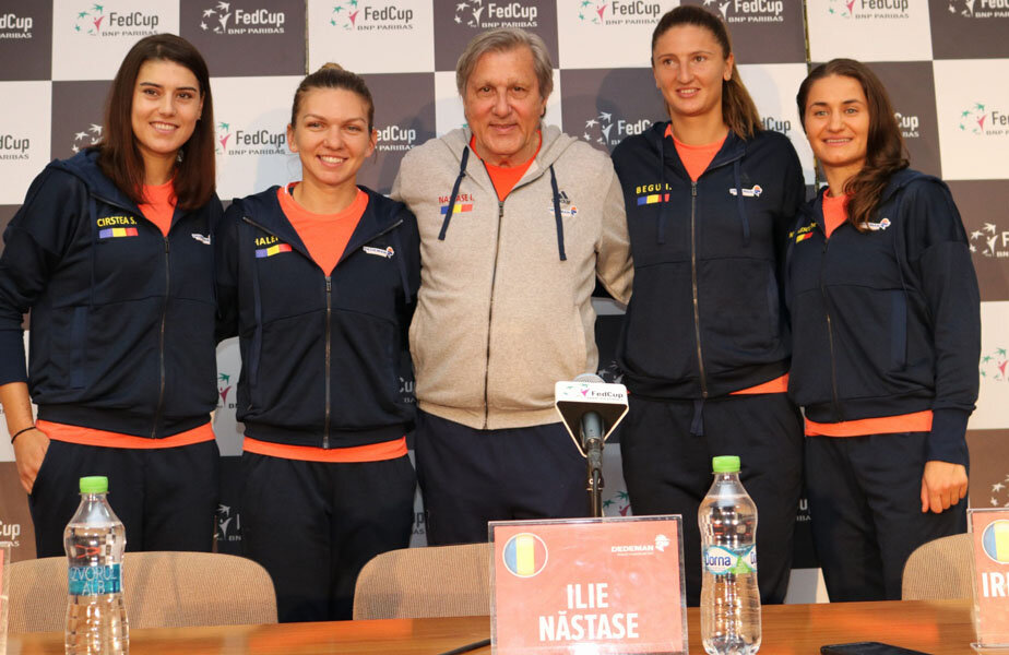 Sorana Cîrstea, Simona Halep, Ilie Năstase, Irina Begu și Monica Niculescu (de la stânga la dreapta) zâmbind la conferința de ieri // FOTO Claboo Media