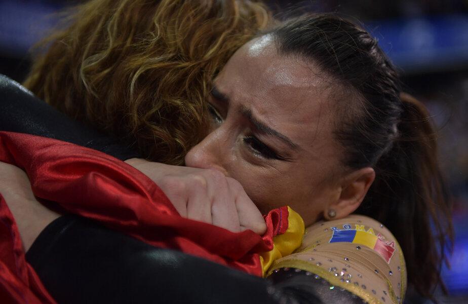 Lacrimi de bucurie. Cătălina Ponor și emoțiile care au curprins-o după ce a devenit pentru a cincea oară campioană europeană la bârnă, într-o îmbrățișare cu antrenoare Lili Cosma