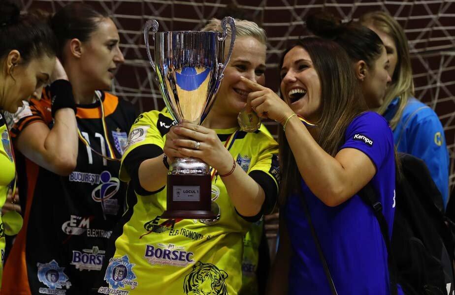 Carmen Martin (dreapta), zâmbind alături de portarul Paula Ungureanu și de trofeul Cupei României // FOTO Marius Ionescu