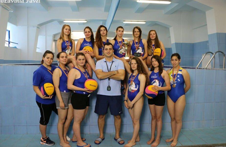Stoicuț (în mijloc) alături de fetele antrenate la CSS1 și Steaua, printre care și Beatrice Popescu (prima din stânga jos) // FOTO Facebook