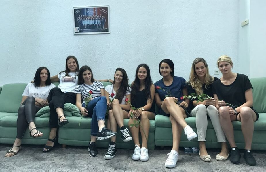 Vukcevici, Glibko, Beleska, Gavrilă, Florică, Khouildi, Nanu și Blazek, o parte din jucătoarele formației vâlcene prezente ieri la reunirea lotului FOTO HCM Rm. Vâlcea