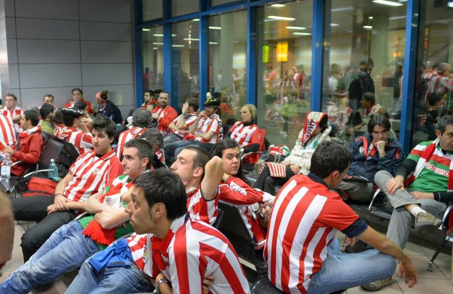 Fanii bascilor, pe aeroportul Henri Coandă, după finala Europa League din 2012, pierdută în fața lui Atletico Madrid, 0-3 // FOTO: Alex Nicodim
