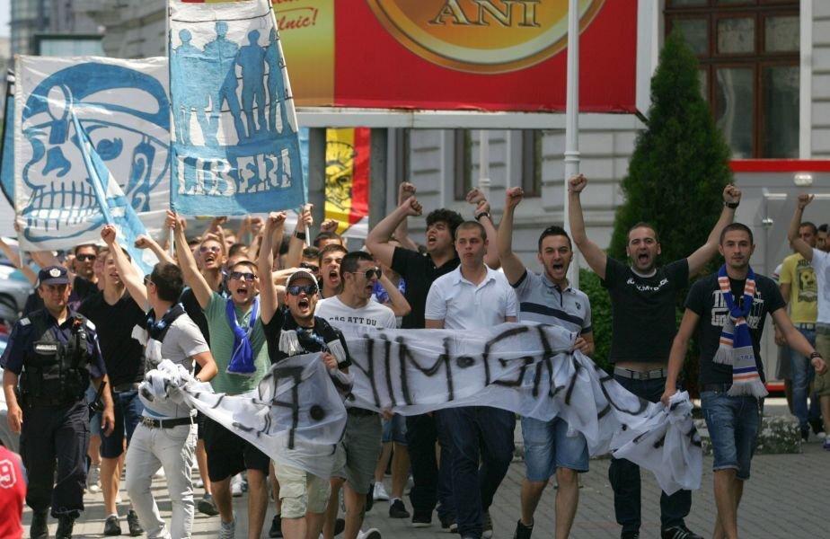 Steagul Ultras Craiova 2004, în stânga, în timpul unor proteste ale ultrașilor olteni după dezafiliere.