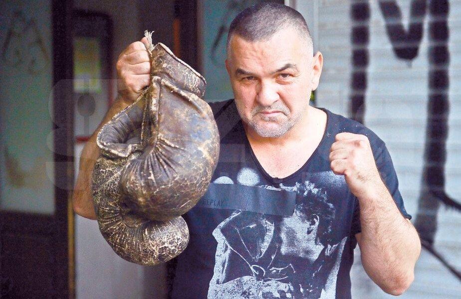 Doroftei a pozat pentru cititorii Gazetei cu cel mai de preţ obiect din pub-ul său din Ploiești: mănușile de box cu ajutorul cărora a devenit cunoscut în întreaga lume FOTO Cristi Preda
