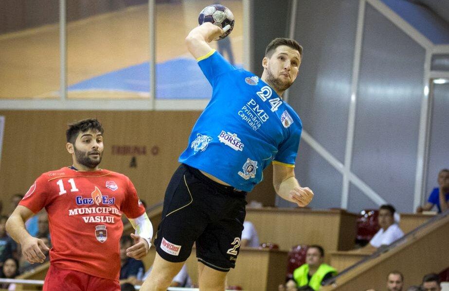 Duel între Nicu Negru și Gabriel Bujor (nr. 11), câștigat detașat de ultimul, care a marcat de 9 ori împotriva bucureștenilor FOTO sportpictures.eu