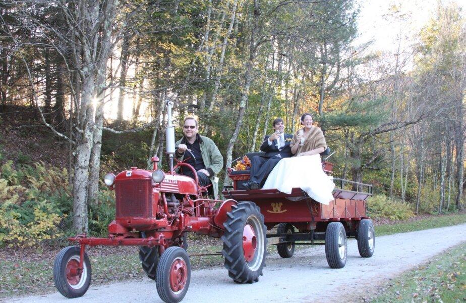 În SUA, plimbările mirilor cu tractorul sunt o obișnuință. Să fie și în Liga Tractoriștilor?