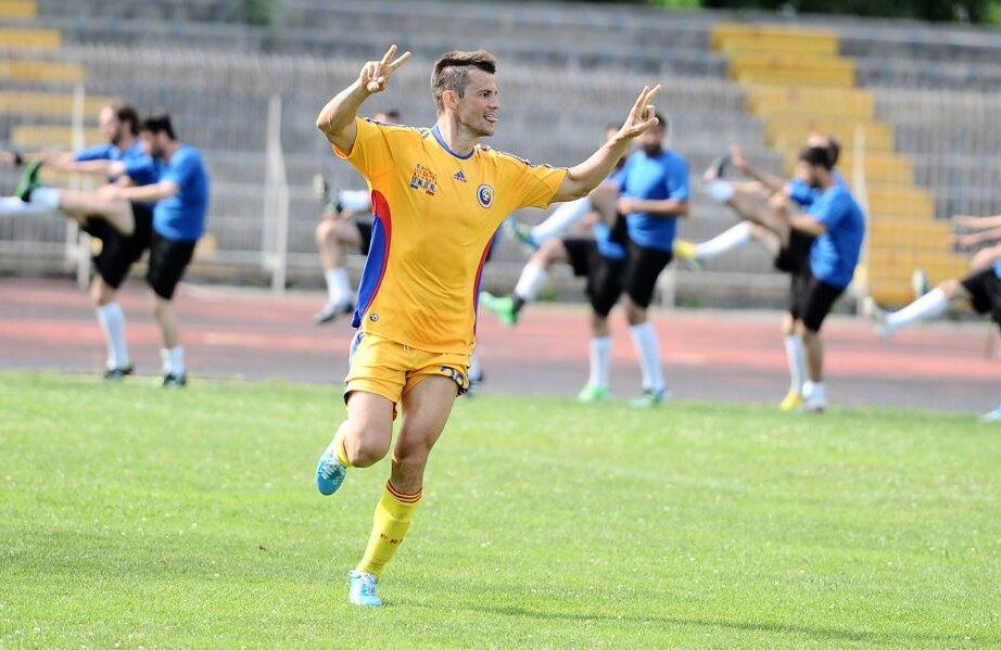 """Nicolescu, ca fotbalist al """"naţionalei"""" avocaţilor, după marcarea unui gol FOTO Facebook"""