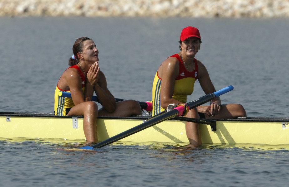 Liliana Gafencu (stânga) și Elisabeta Lipă, colege în barca de 8 plus 1 la JO 2004 de la Atena, acolo unde au cucerit aurul // Foto: Cristi Preda