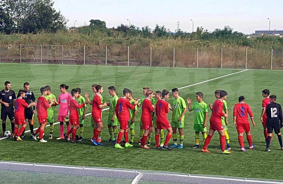 FCSB (în verde aprins) și Steaua (în roșu), înainte de meciul echipelor U15