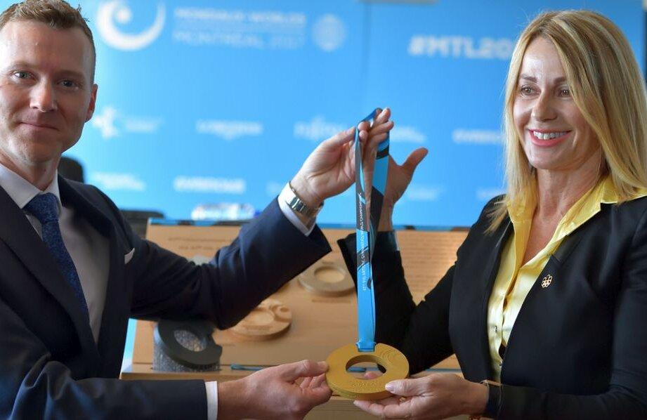 Nadia Comăneci și Kyle Shewfelt, campionul olimpic la sol de la Atena 2004, prezentând medaliile mondiale // FOTO Florin Taloș paginiromanesti.ca