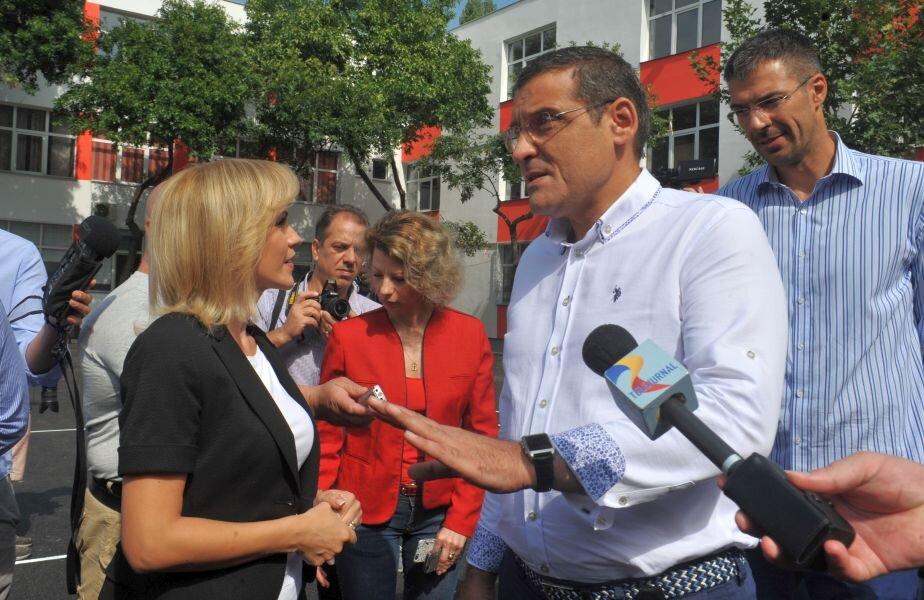 Stănescu (dreapta), alături de Gabriela Firea (stânga) și primarul Sectorului 6, Gabriel Mutu FOTO Facebook