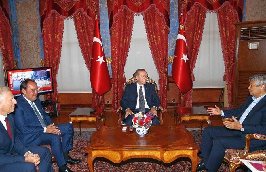 În august, Mircea Lucescu s-a întâlnit cu Erdogan la Palatul Beylerbeyi pentru a discuta despre echipa națională // FOTO: Twitter