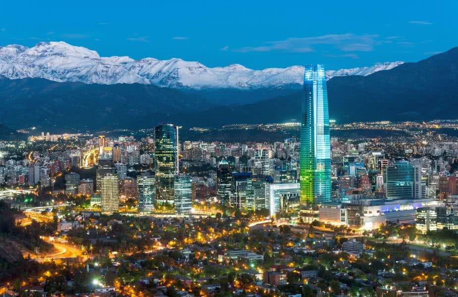 Înconjurat de Anzi, Santiago de Chile priveşte semeţ către cer. Costanera, cu cei 300 de metri ai săi, este stăpânul absolut