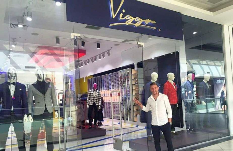 Liviu Antal în fața unui magazin Viggo