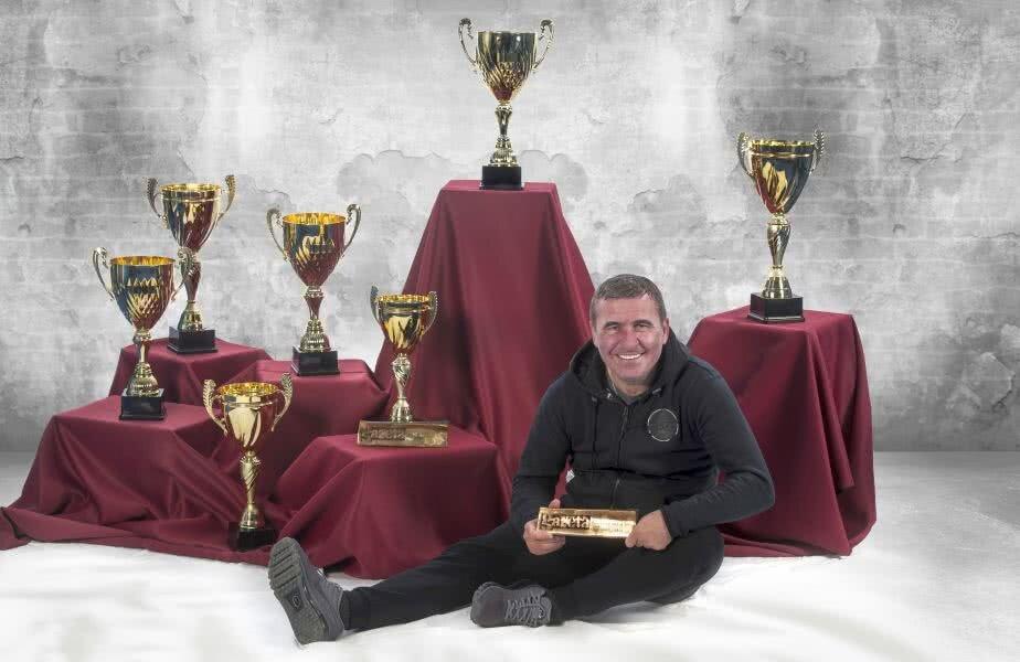 Hagi a realizat o poză specială pentru ediția de colecție a Gazetei de azi, înconjurat de cele 9 trofee cucerite de-a lungul timpului în ancheta ziarului: 7 ca jucător și două ca tehnician. Foto: Raed Krishan