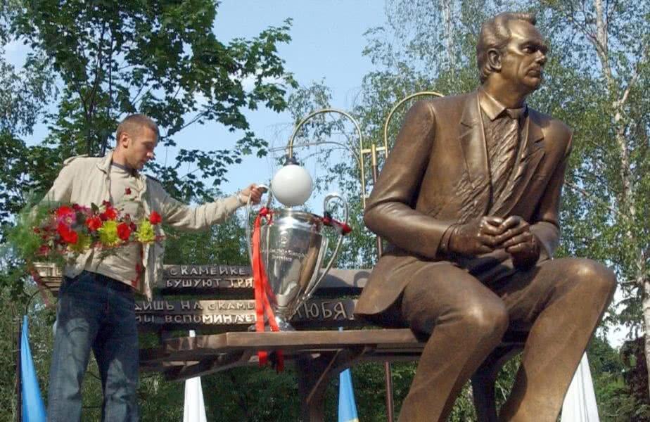 Șevcenko, aducând trofeul UEFA Champions League la statuia lui Lobanovski Foto: Guliver/Getty Images