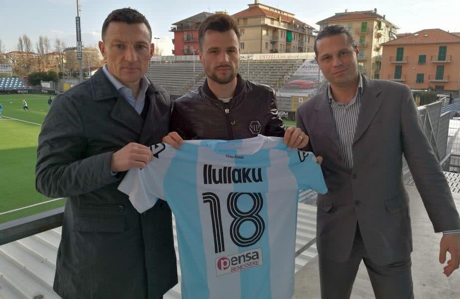 Azdren Llullaku (centru) alături de impresarul său, Alessandro Pezzoli (dreapta). FOTO: entella.it