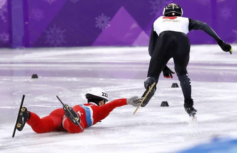 PRINDE-L DE UNDE POȚI! Kwang Bom Jong din Coreea de Nord a încercat să-și doboare cu mâna rivalul din Japonia la patinaj viteză. De două ori în aceeași cursă! foto: reuters