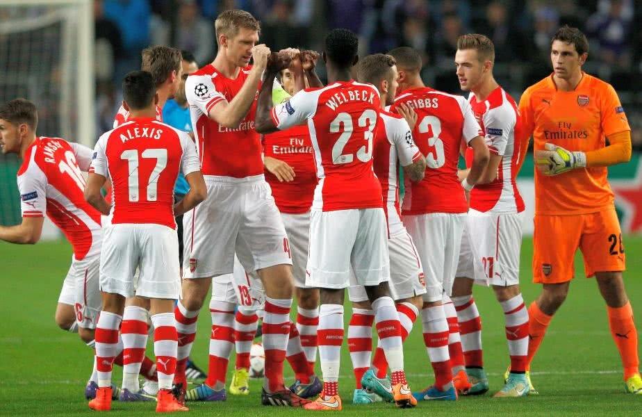 Mertesacker (numărul 4, în plan apropiat) a devenit o figură reprezentativă a lui Arsenal, pentru care evoluează din 2011. A cucerit trei Cupe și două Supercupe alături de