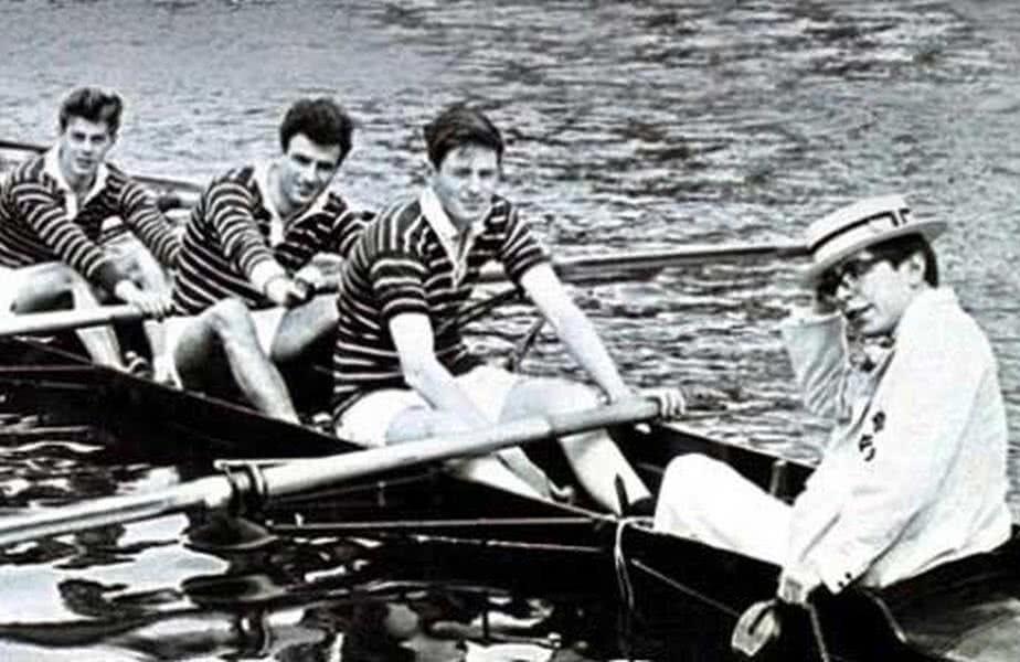 Stephen Hawking, în 1961, alături de colegii săi din echipa de canotaj