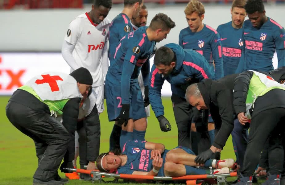 Filipe Luis, pe targă, urlând de durere / FOTO: Reuters