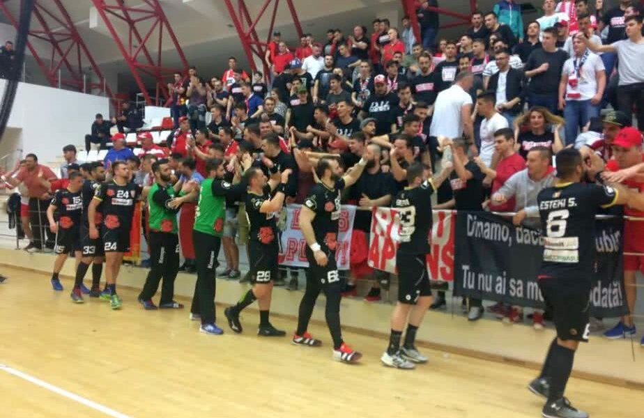Dinamoviștii au sărbătorit la final cu suporterii // FOTO: CS Dinamo
