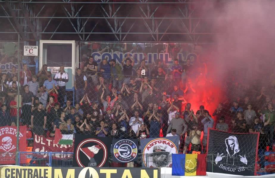 Dinamoviștii au aprins și mai multe materiale pirotehnice pe durata meciului // FOTO: RAED KRISHAN