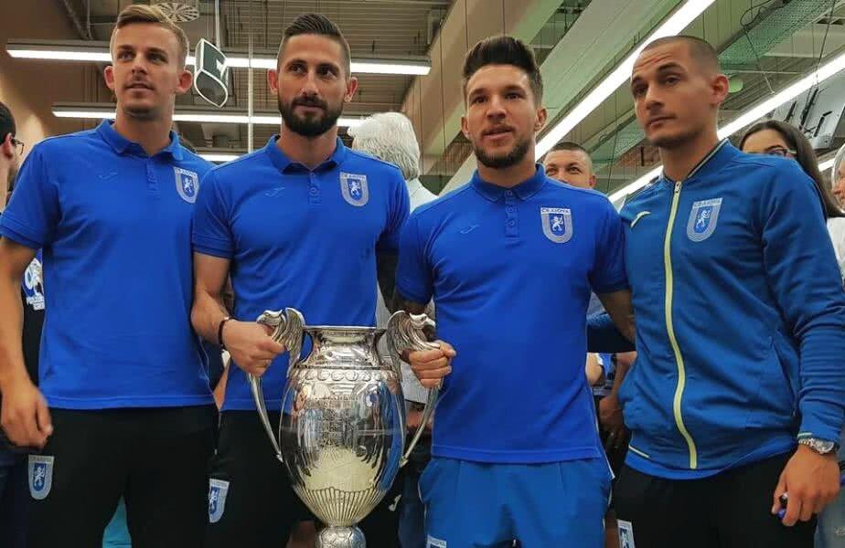 """Se văd deja câștigători. """"Leii"""" Olteniei, Bancu, Zlatinski, Băluţă și Mitriţă, s-au fotografiat cu trofeul Cupei României, cu ocazia unei acţiuni de promovare a competiţiei. Finala e duminică."""