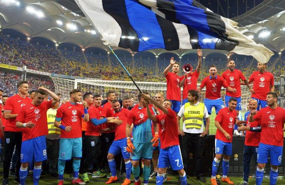 Fotbaliștii olteni au celebrat victoria din Cupă alături de fani // FOTO: Cristi Preda