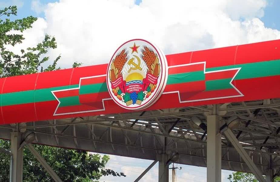 Stema roșu-verde, cu steaua roșie în vârf, prezentă la toate intrările în statul nerecunoscut internațional