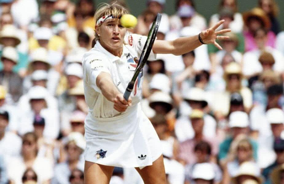 Steffi Graf pe vremea când câștiga la Roland Garros. Nemțoaica are 22 de turnee de Mare Șlem în palmares, fiind depășită însă de Serena, care are unul mai mult FOTO Getty Images