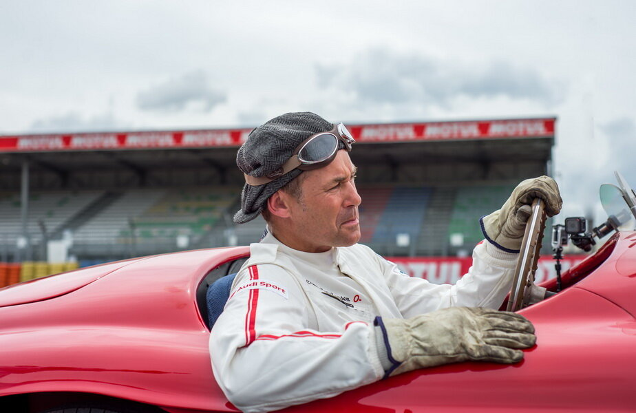 Tom Kristensen pilotând o mașină de curse Ferrari din anul 1949 la Le Mans, în timpul filmărilor pentru mini seria Legendele Le Mans