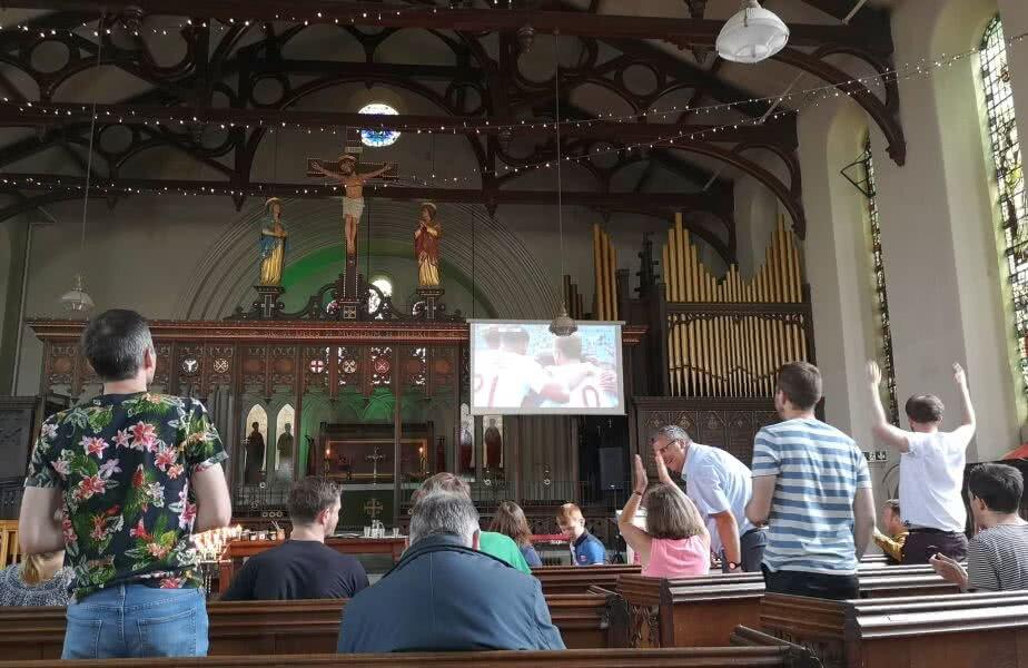 SFÂNTA PROIECȚIE: la englezi, meciurile de la Mondial pot fi urmărite live chiar și în biserici. foto: facebook