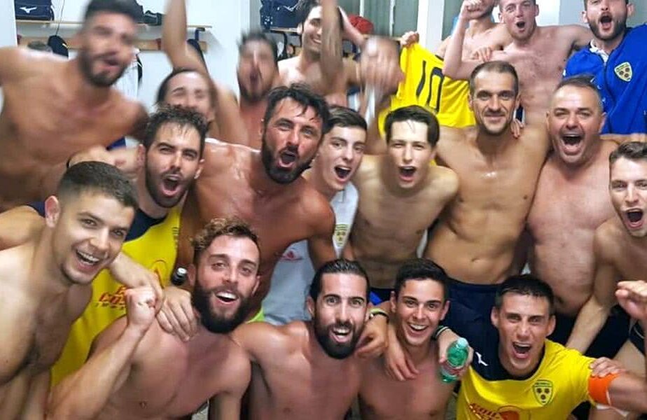 Jucătorii de la Tre Fiori petrec după victoria cu Bala Town