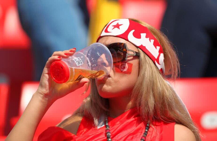 O tunisiancă sexy a întors toate privirile la Mondialul din Rusia, fiind surprinsă în timp ce savura o bere pe stadionul din Moscova // FOTO: Reuters